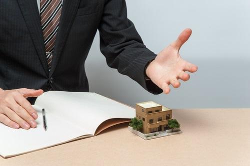住宅に説明する営業マン