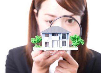 住宅を吟味する女性