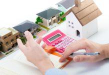 住宅価格を計算する営業マン