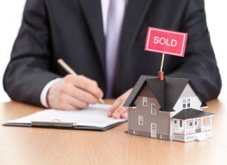 家を売る営業マン