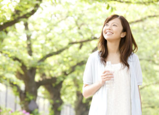 みどりの中で微笑む女性