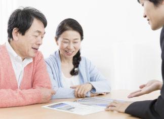 不動産の説明を聞く夫婦