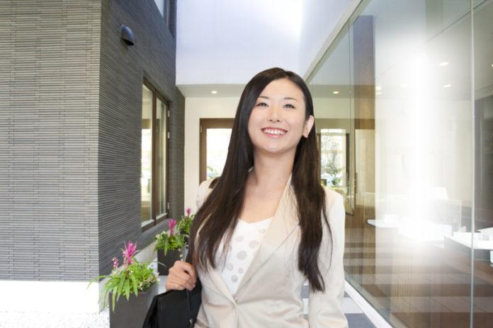 綺麗な住宅に喜ぶ女性