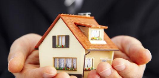 住宅を抱える営業マン