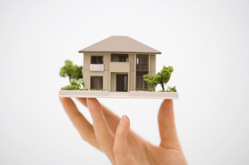住宅を持ち上げる手