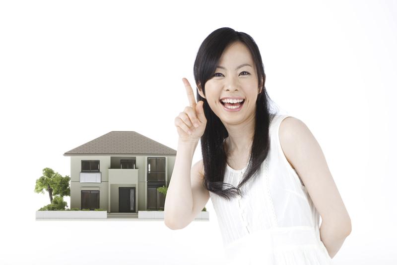 住宅を紹介する女性
