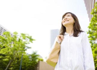 不動産物件を探す女性