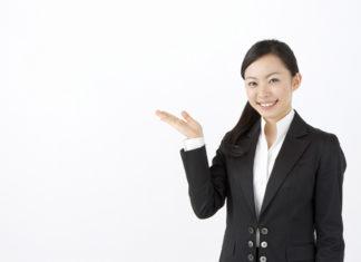 不動産の説明をする女性