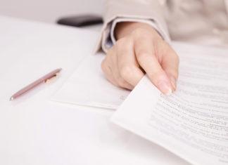 書類を整理する営業マン