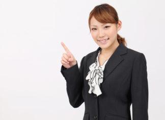 不動産について説明する女性スタッフ