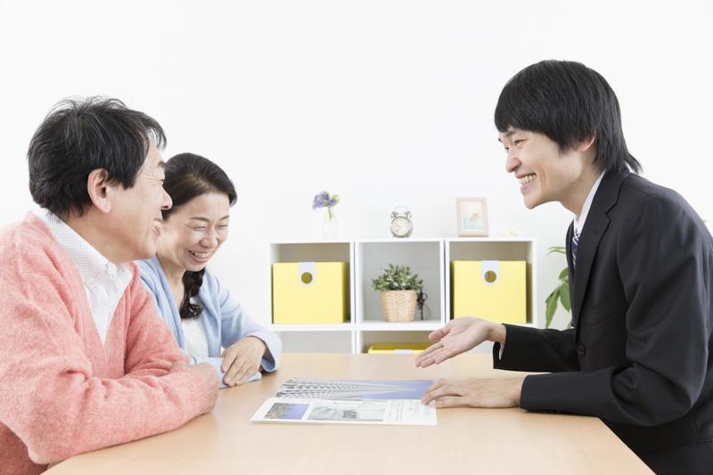 不動産物件について説明する営業マン