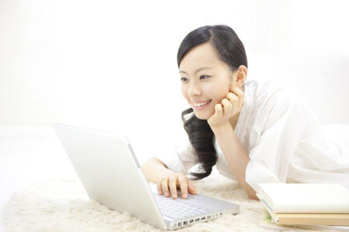 パソコンで調べ物をする女性