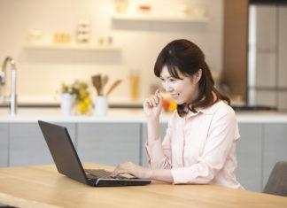 自宅でパソコンを操作する女性