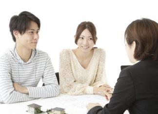 不動産会社から説明を聞く夫婦