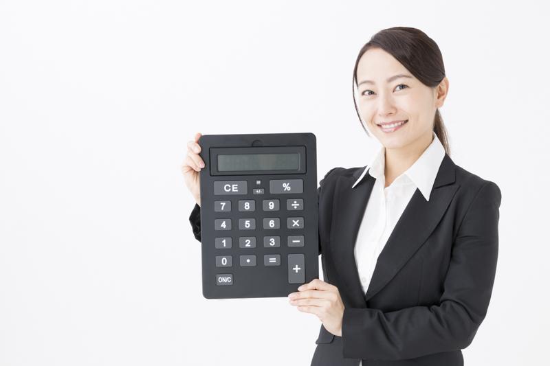 大きな計算機を持つ女性